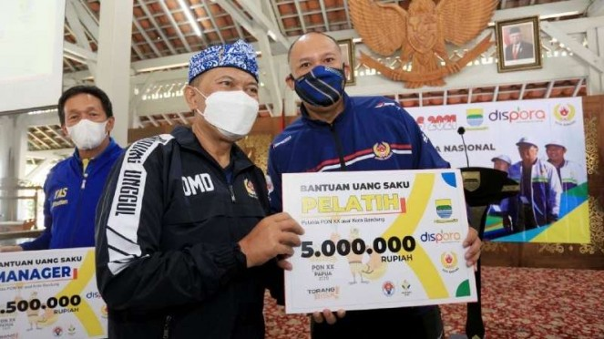 Wali Kota Bandung Oded M Danial memberikan uang saku pelatih PON XX Papua.