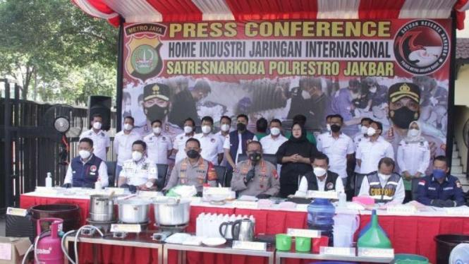 Konferensi pers pabrik narkoba rumahan jaringan internasional di Karawaci