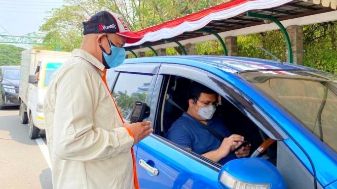 Petugas Taman Impian Jaya Ancol mengecek data pengunjung di Peduli Lindungi