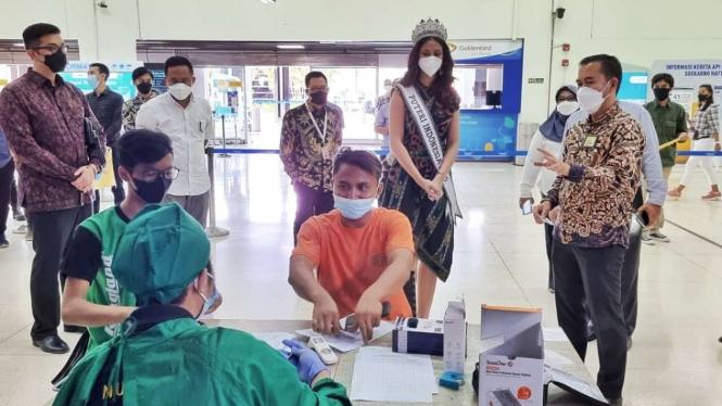 Vaksinasi COVID-19 di Bandara Soekarno Hatta, Tangerang.