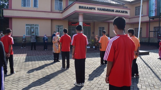 Mensos Risma menyapa anak-anak Balai Handayani.
