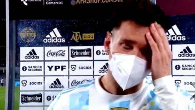 Megabintang Timnas Argentina, Lionel Messi, menangis.