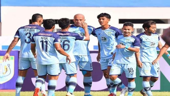 Skuad Persela merayakan gol ke gawang Persipura
