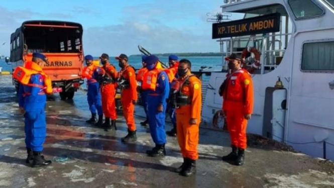 Tim SAR berencana mengevakuasi lima ABK KM Hentri yang selamat dari Pulau Tanimbar Kei, Kabupaten Maluku Tenggara menuju Kota Tual, Maluku, Jumat, 10 September 2021.