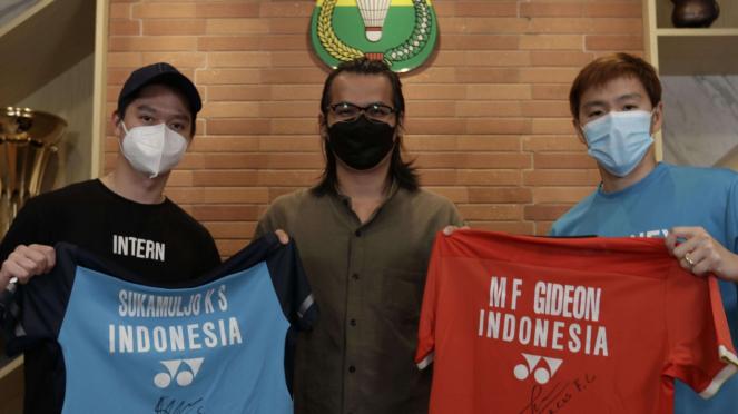 The Minions memberikan jersey kepada seniman asal Batam, Sofian.
