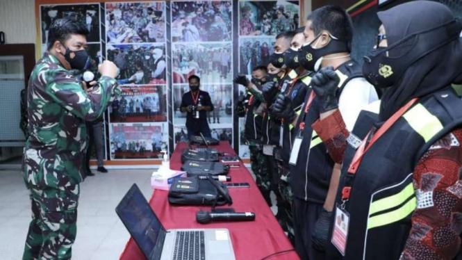 VIVA Militer: Panglima TNI mengecek kesiapan para Tracer COVID-19 di NTB