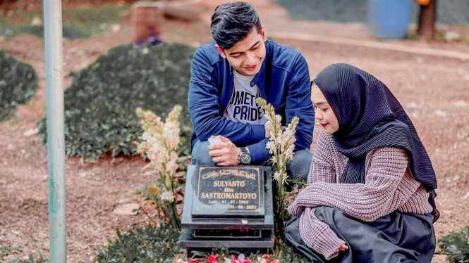 Ria Ricis kunjungi makam almarhum ayahnya bersama Teuku Ryan