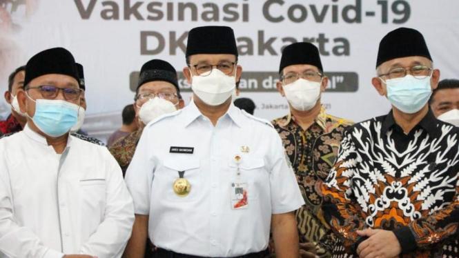 Gubernur Anies Baswedan, Ketua Umum DPP LDII KH Chriswanto Santoso dan KH Munahar Muchtar foto bersama saat meninjau sentra vaksinasi di Ponpes Minhaajurrosyidin, Jakarta Timur (Foto: LINES)