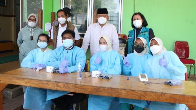 Wali Kota Bekasi, Rahmat Effendi, langsung memantau jalannya vaksinasi