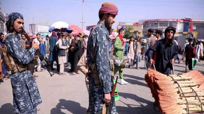 Prajurit Taliban berjaga di jalanan menyusul pembukaan kembali bank dan pasar
