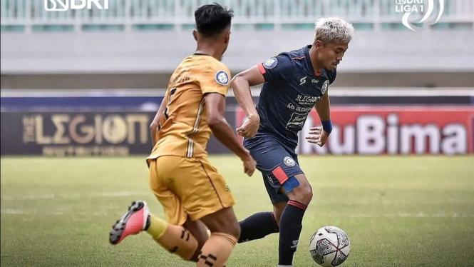 Pertandingan Arema FC vs Bhayangkara FC di Liga 1 2021/2022.