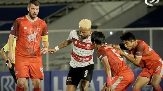 Pertandingan Madura United vs PSM Makasar di Liga 1 2021/2022.
