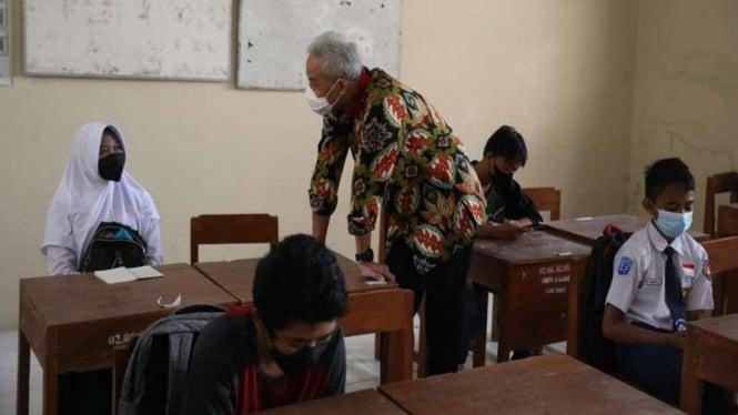 Gubernur Jawa Tengah Ganjar Pranowo meninjau pelaksanaan Pembelajaran Tatap Muka