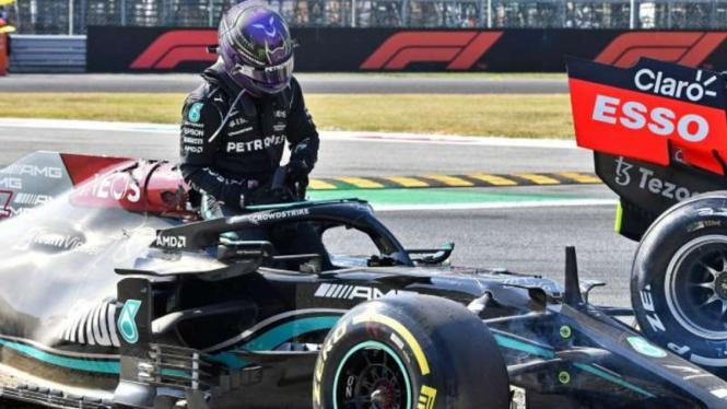 Pembalap Mercedes, Lewis Hamilton tabrakan dengan Max Verstappen