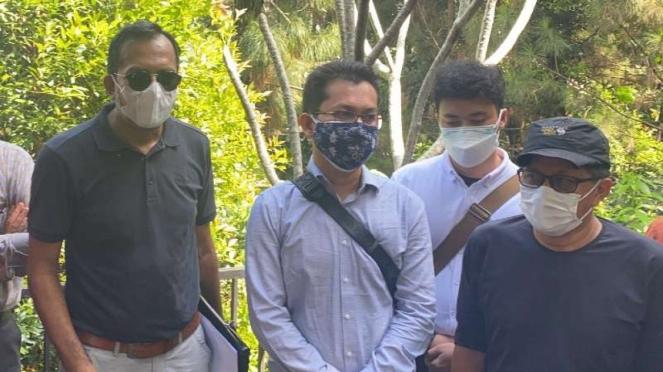 Rocky Gerung (kanan) dan kuasa hukumnya soal sengketa dengan Sentul City