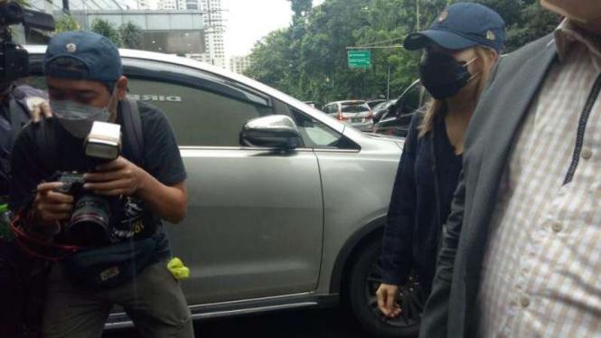 Ayu Rosmalina alias Ayu Ting Ting memenuhi panggilan Polda Metro Jaya.