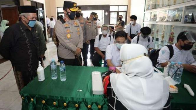Kapolda Jatim Irjen Pol Nico Afinta dan Ketua PWNU Jatim KH Marzuki Mustamar.