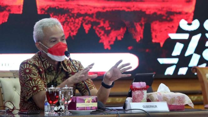 Gubernur Jawa Tengah Ganjar Pranowo saat memimpin rapat.