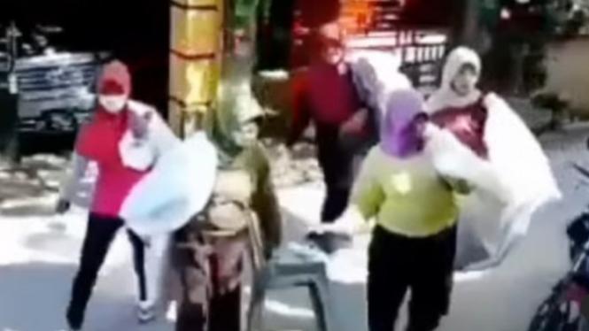 Viral Rombongan Emak-emak Pemulung Gasak Rumah Polisi (Instagram/fakta.indo)
