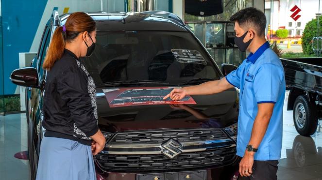 Ilustrasi beli mobil di diler Suzuki.
