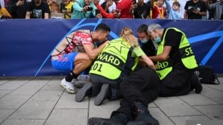 Megabintang MU, Cristiano Ronaldo saat mengecek petugas stadion yang terkapar.