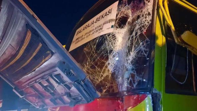 Dua bus terlibat kecelakaan di Terminal Bekasi