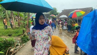 Aktivitas warga di kampung janda, di Desa Ciburayut, Kecamatan Cigombong, Bogor