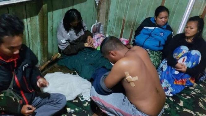Para tenaga kesehatan (nakes) yang bertugas di Kiwirok, Kabupaten Pegunungan Bintang, Papua, korban penyerangan oleh kelompok kriminal bersenjata (KKB) pimpinan Lamek Taplo setelah diselamatkan, Kamis, 16 September 2021.