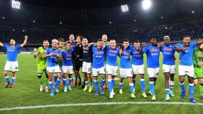 Pemain Napoli rayakan kemenangan.