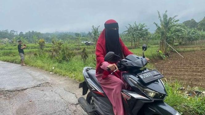 Wanita bercadar melintas di Kampung Panyarang yang dijuluki kampung janda