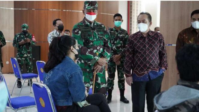 VIVA Militer: Danrem 061/SK ketika tinjau vaksinasi di Universitas Pakuan Bogor