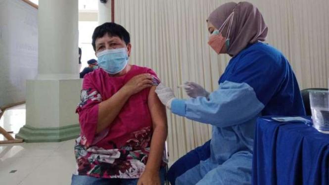 Vaksinasi di Masjid Agung Jami' Kota Malang.