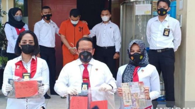 Direskrimum Polda Sumsel Komisaris Besar Polisi Hisar Sialagan (tengah)