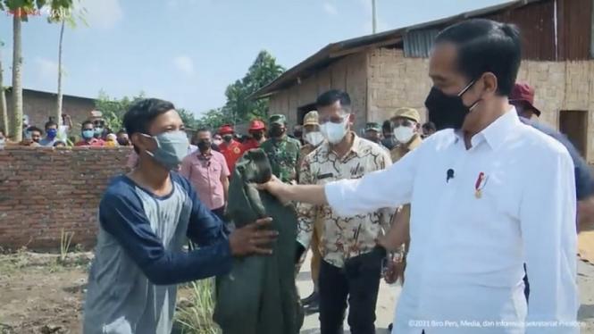 Presiden Jokowi kasih jaket ke warga