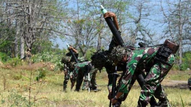 VIVA Militer: Pasukan Yonif 5 Marinir/Gurita Cakti menembakkan mortir