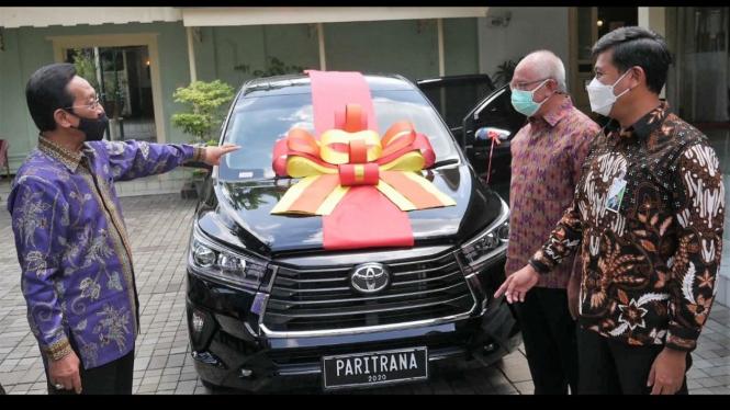 Direktur Utama BPJAMSOSTEK Anggoro Eko Cahyo memberikan ucapan selamat secara langsung ke Gubernur DIY.