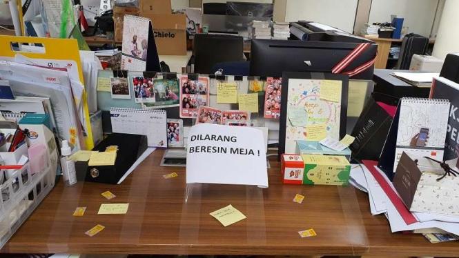Pegawai KPK Tata Khoiriyah membagikan foto meja kerjanya 'Dilarang beresin meja'