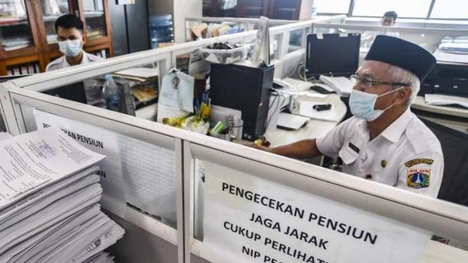 Pegawai Badan Kepegawaian Daerah DKI Jakarta menyelesaikan pekerjaannya.
