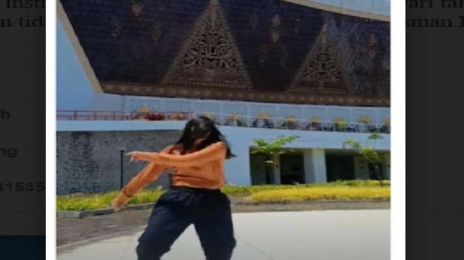 Perempuan joget tiktok di halaman Masjid Raya Sumatra Barat