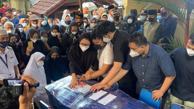 Jenazah Pilot Rimbun Air H Agithia Mirza di Kediamannya di Bogor