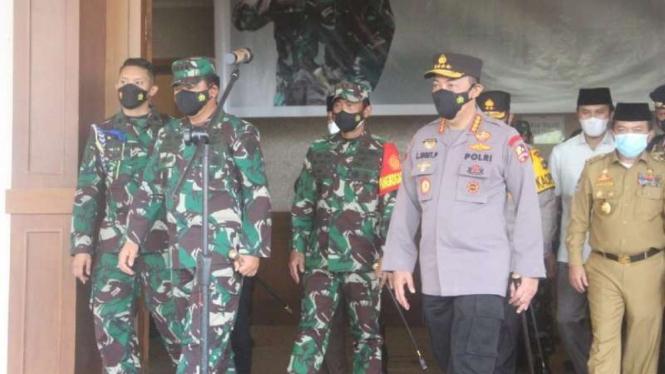 Kapolri Jenderal Listyo Sigit dan Panglima TNI Hadi Tjahjanto di Jambi