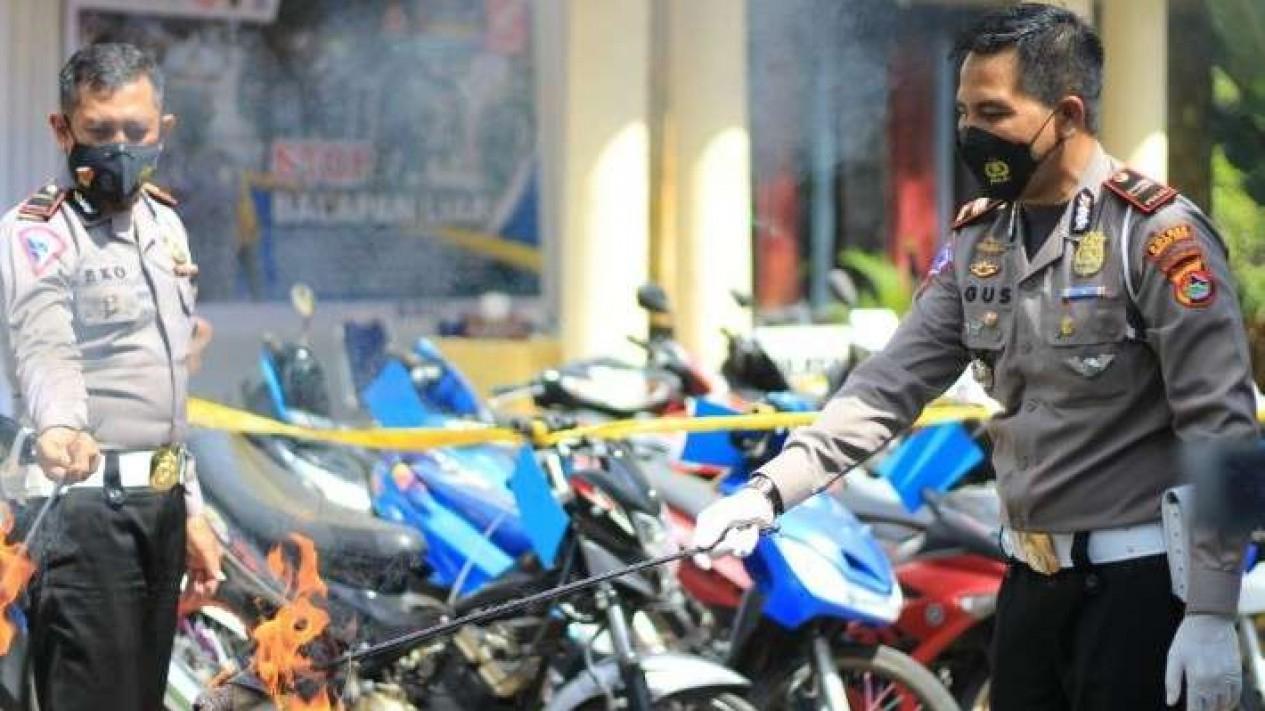 Polres Lombok Barat bakar sepeda motor bodong.