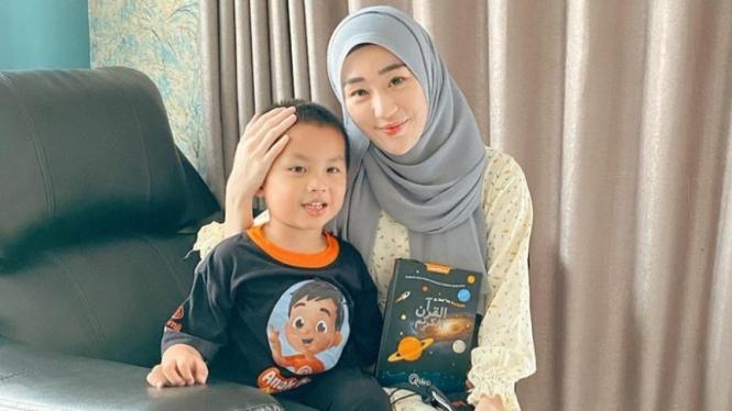 Larissa Chou bersama sang putra, Muhammad Yusuf