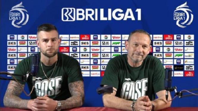 Pelatih PSS Sleman Dejan Antonic dan Aaron Evans