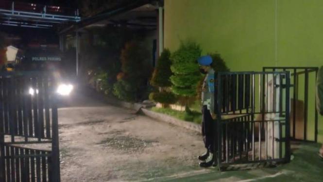 Suasana di RS Bhayangkara Palu saat dua jenazah DPO teroris Poso yang tewas dalam kontak tembak di Pegunungan Parigi Moutong, Sulawesi Tengah, tiba sekitar pukul 04.10 Wita, Minggu, 19 September 2021.