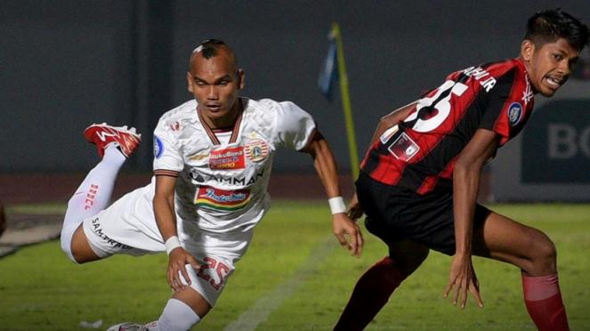 Riko Simanjuntak dalam pertandingan Persipura vs Persija