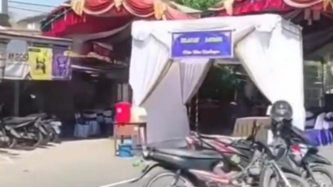 Viral Tenda Hajatan di Tengah Jalan (Instagram/fakta.indo)