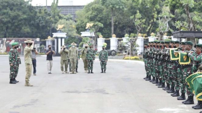 VIVA Militer: Prajutit TNI AD sambut Panglima Divisi I Australia di Mabesad