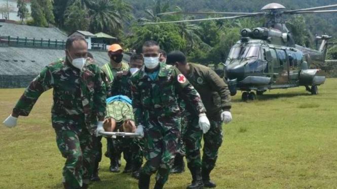 VIVA Militer: Anggota Koopsgab TNI Papua mengevakuasi korban serangan OPM