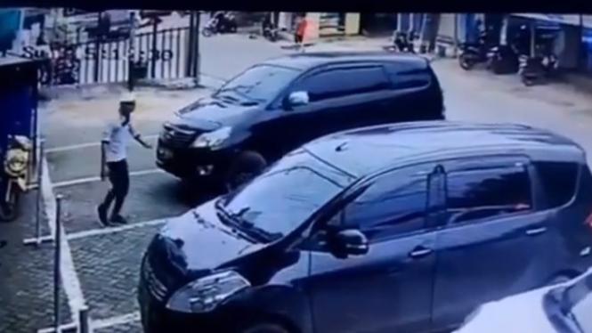 Emak-emak Tinggalkan Parkir, Mobilnya Mundur Sendiri (Instagram/magelang_raya)